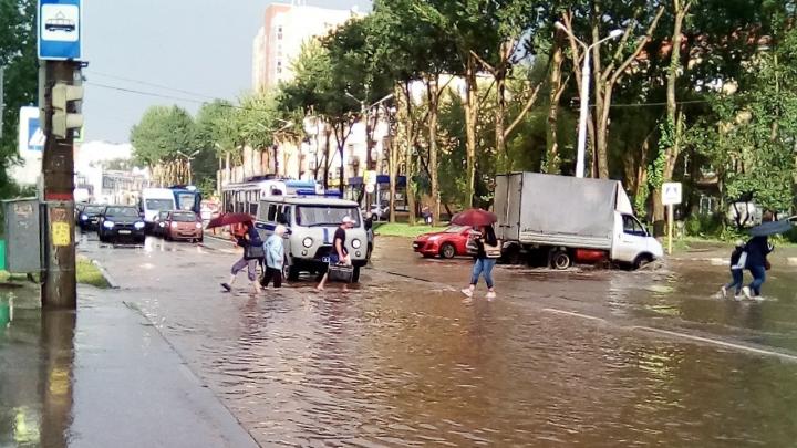 Пешком по лужам: Пермь затопило после мощного ливня
