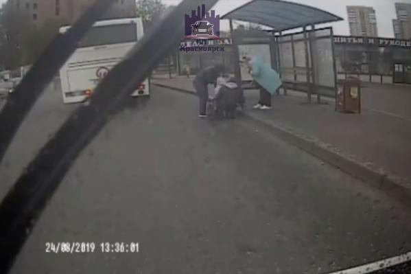 Мама с ребёнком выпали из автобуса, когда он начал движение