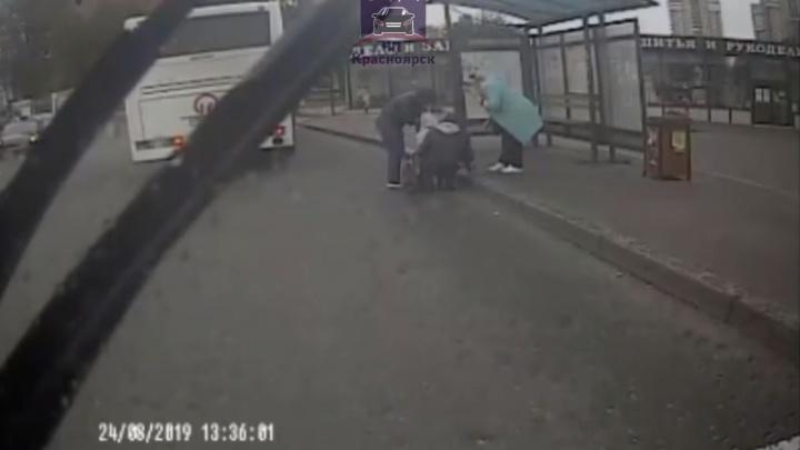 После падения мамы с ребёнком из открытых дверей автобуса водителя оштрафовали на 500 рублей