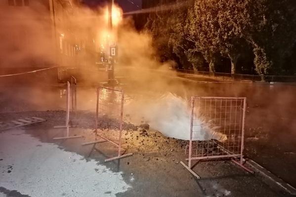 Вот такой горячий фонтан бил минувшей ночью в центре Екатеринбурга, на улице Воеводина