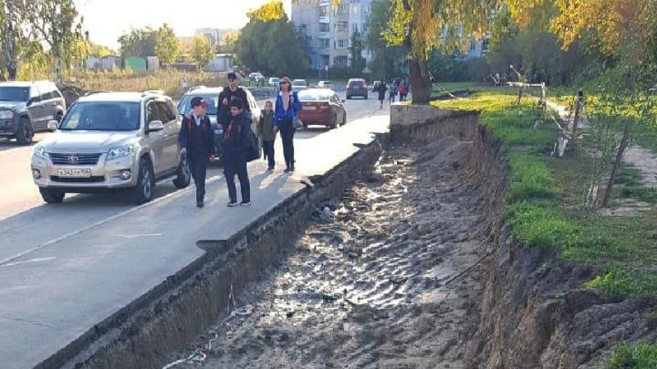 «Где дороги?»: на Плющихинском выкопали траншею и бросили — теперь туда падают дети