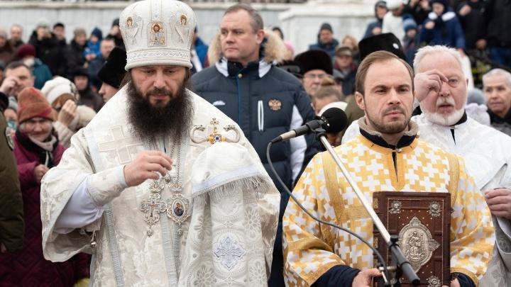 «Я бы дам пропустил вперед»: целый день у купелей Волгограда стояли огромные очереди