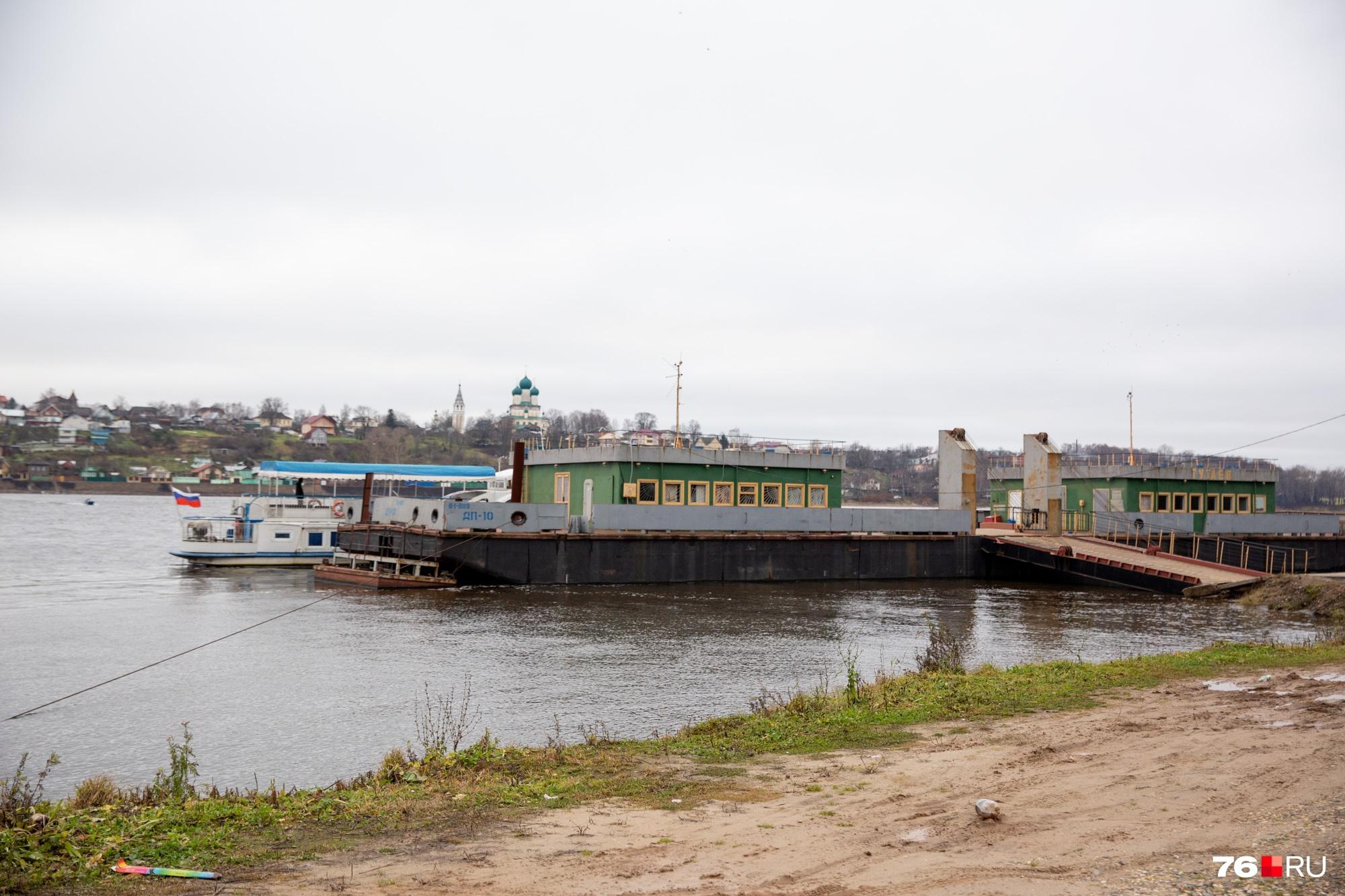 Чтобы попасть в больницу, люди летом перебираются через Волгу на пароме, зимой — по мосту в Ярославле