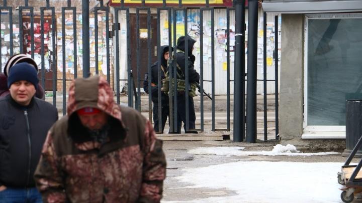 В Перми полицейские с автоматами оцепили Центральный рынок