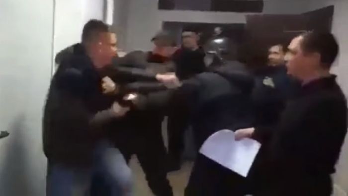 Момент начала драки попал на видео