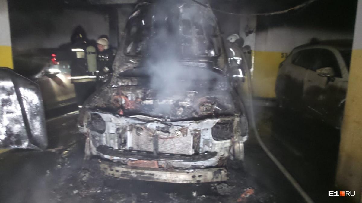 Toyota сгорела полностью