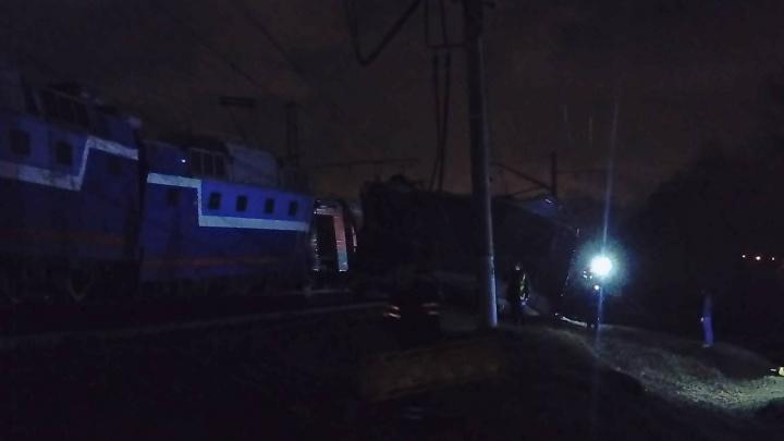 В Москве из-за перебегавшего пути мужчины столкнулись пассажирский поезд и электричка