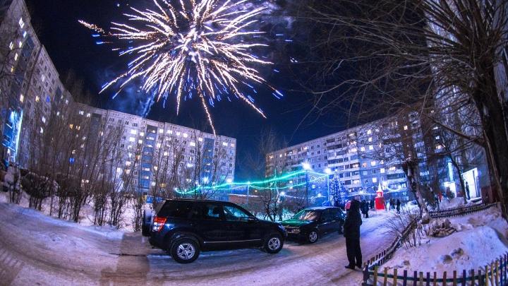 «Так встречали Новый год на Рабочих»: дворовый праздник в чарующих снимках омского фотографа