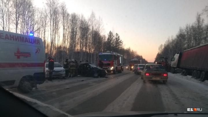 Двоих пострадавших увезли на скорой: на въезде на ЖБИ фура столкнулась с Lada и улетела в кювет