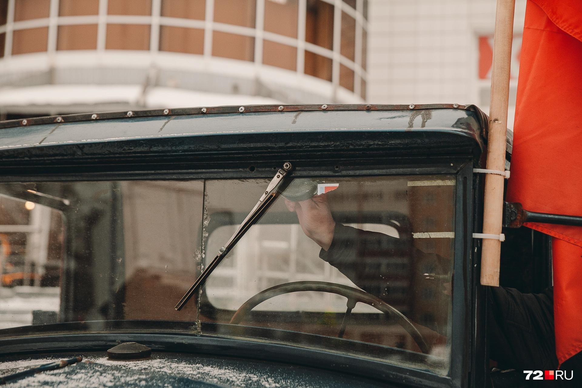 Дверцы тюменской машины, наоборот, намертво запаяли. Слишком уж много детей хотят забраться внутрь, чтобы прикоснуться к легенде