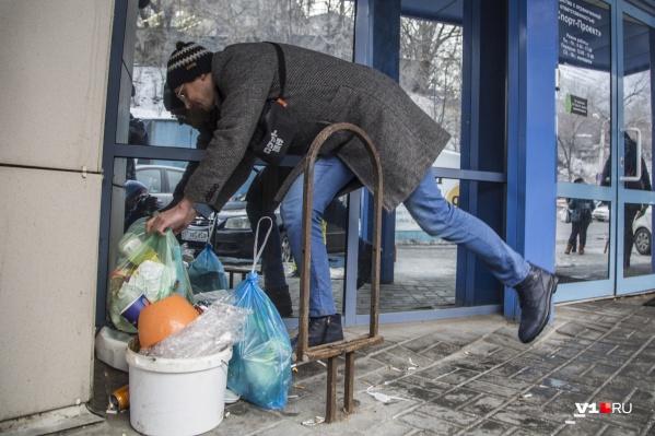 С самого утра волгоградцы принесли мусор к дверям компании, которая не удивила их своей чистоплотностью