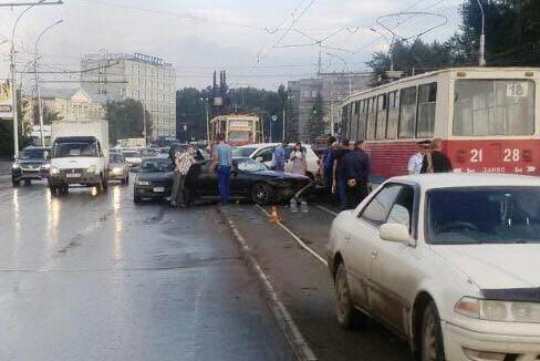 Массовое ДТП на левом берегу: четыре иномарки столкнулись на трамвайных путях