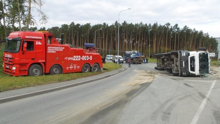 Целая спецоперация: очевидцы сняли, как на Объездной поднимали опрокинувшийся грузовик с песком