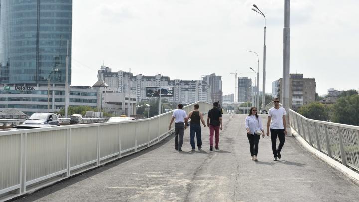 В честь Дня города на Макаровский мост пустили пешеходов. Успевайте по нему пройти!