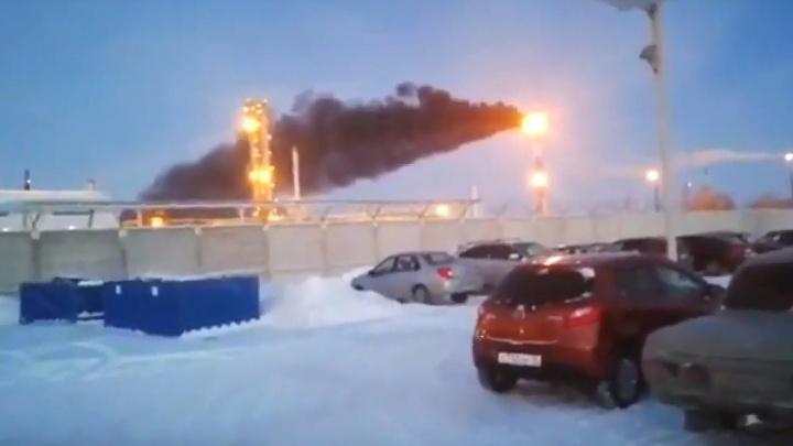 На омском заводе объяснили, почему из трубы валил чёрный дым