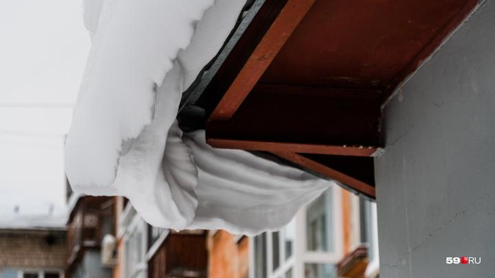 В Перми на беременную упал сугроб с крыши: женщину увезли в больницу