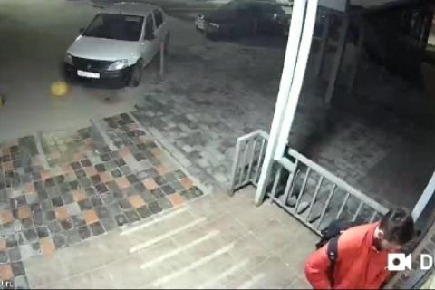Мужчина ломал дверь после часа ночи