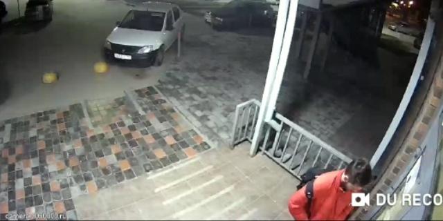 Видео: находчивый новосибирец потерял ключи и проломил стеклянную дверь в подъезд