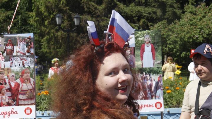 Сначала гимн, потом хороводы: в Новосибирске отмечают День России