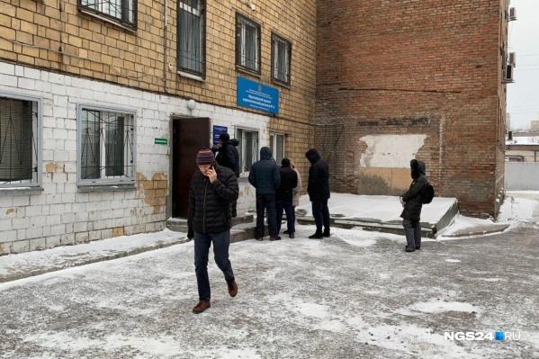 В наркодиспансере Красноярска сегодня люди ждали своей очереди даже на улице