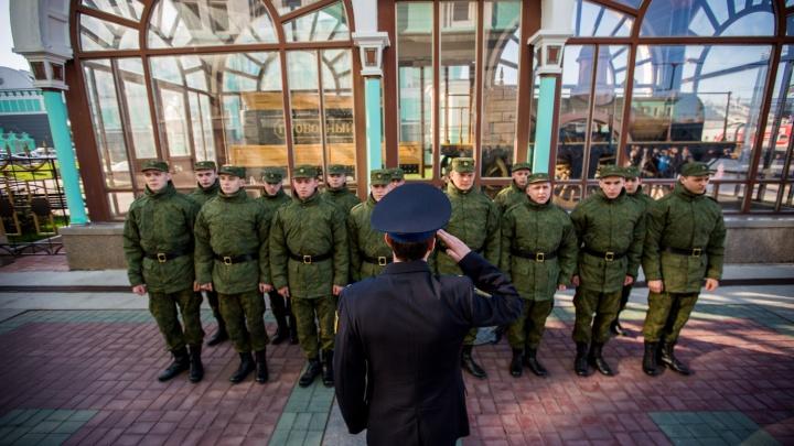 Родные со слезами проводили 15 новосибирцев на службу в Президентский полк