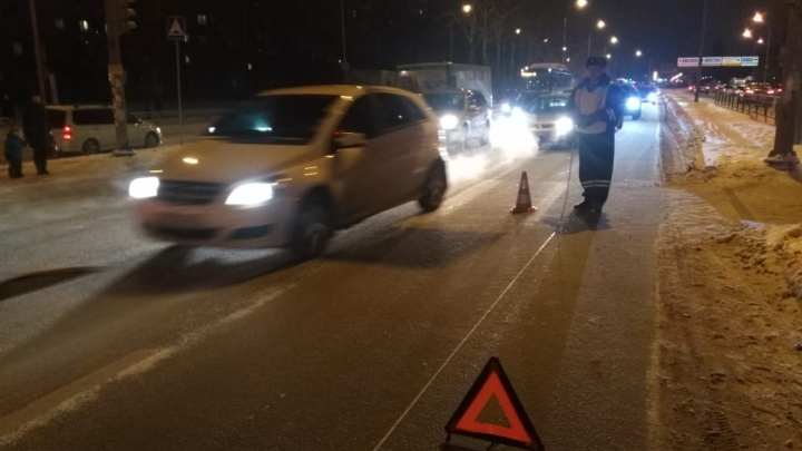 На Юго-Западе водитель иномарки сбил 16-летнюю девочку, которая перебегала дорогу на красный свет