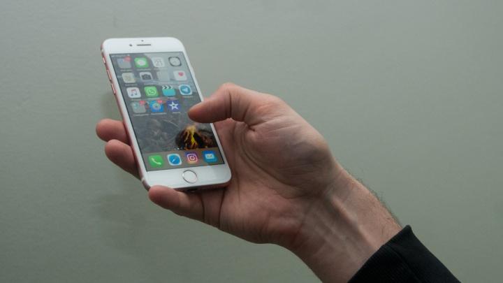 Свердловчанин утопил iPhone в унитазе, чтобы не отдавать его приставам