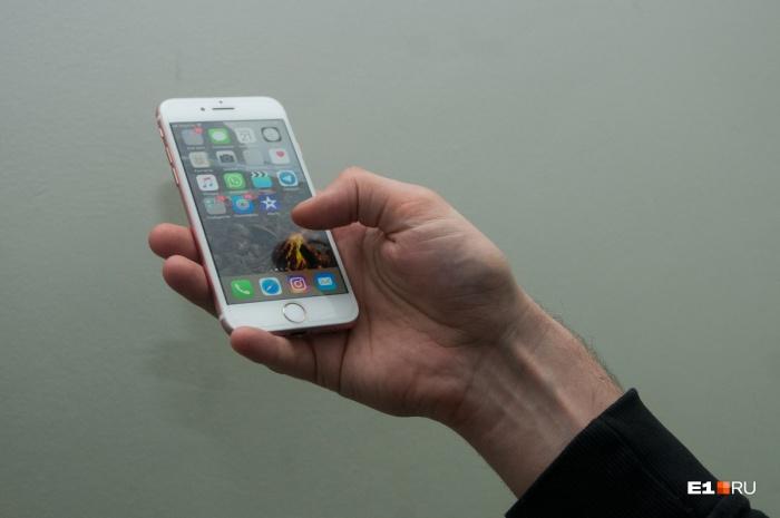 Должник утопил iPhone, чтобы не отдавать его приставам, но возвращать 60 тысяч все равно пришлось
