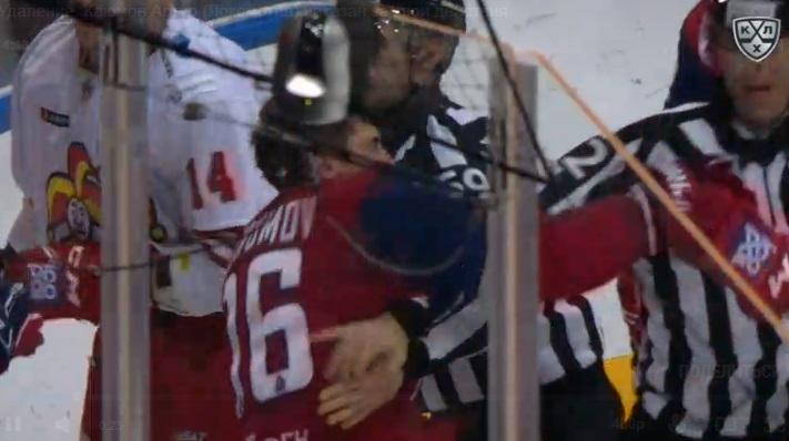 Грязные приёмы и разгромное поражение: игрок «Локомотива» вырубил соперника и ударил судью