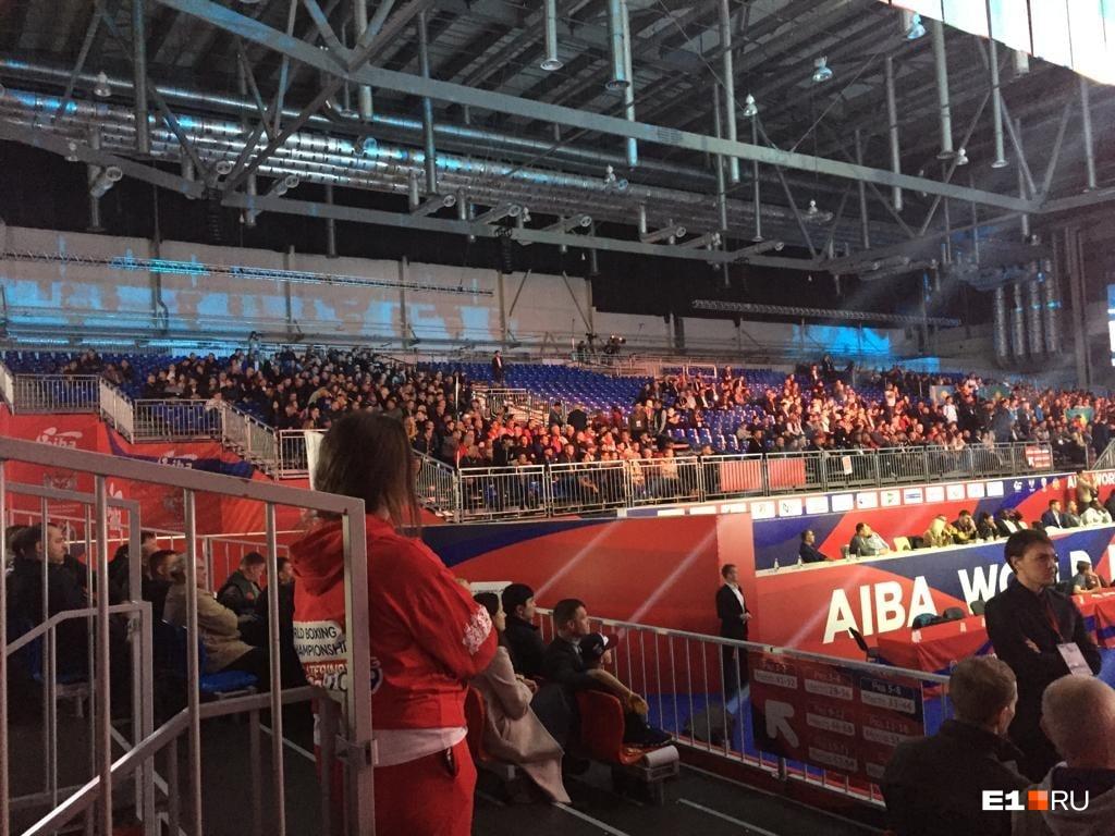 А люди где? Организаторы объяснили, почему на полуфинале ЧМ по боксу пустовали трибуны