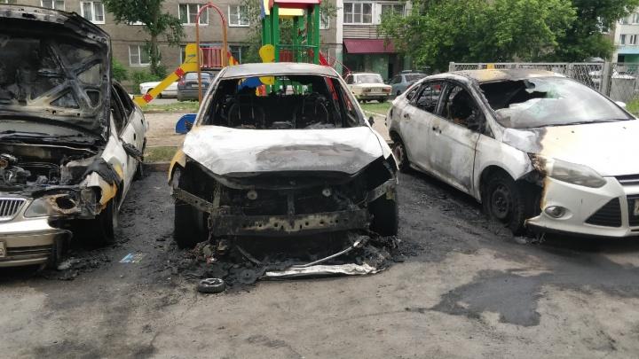 Во дворе на Железнодорожников ночью взорвались и сгорели три машины. Видео