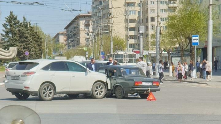 Lexus и «семерка» столкнулись на «Современнике»: в сторону севера Волгограда собралась пробка