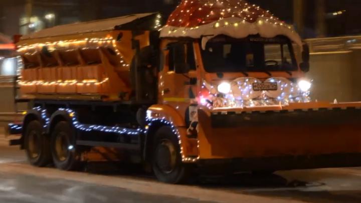 «Дадим жару паровозу Coca-Cola»: на уборку улиц вышла украшенная спецтехника