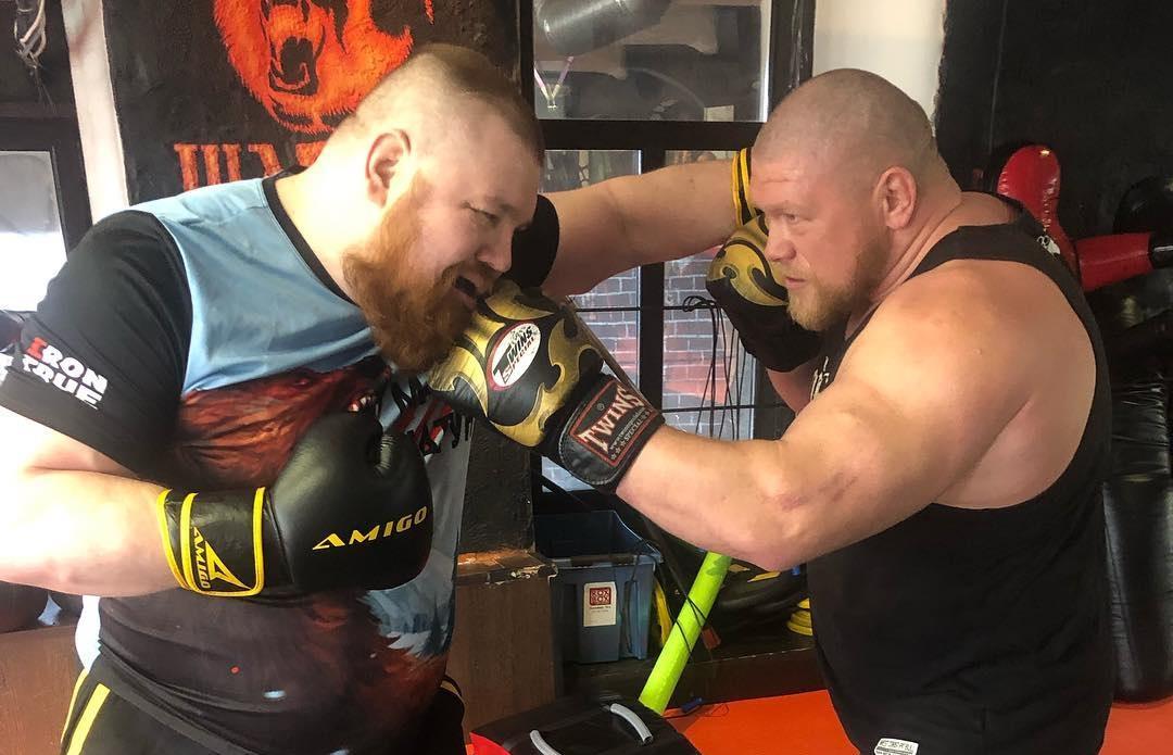 Вячеслав Дацик (слева) тяжелее соперника примерно на 25 килограммов