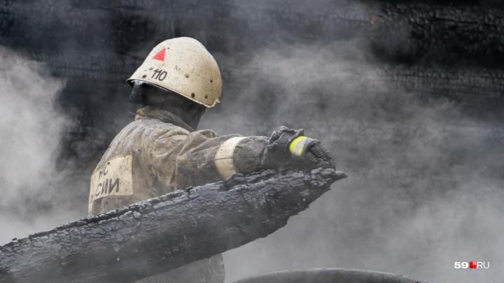 «Разбил стекло, проник в дом»: в Кунгуре мужчина спас на пожаре своего соседа