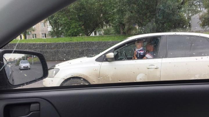 «Думает, как избавиться от него». В Перми ищут водителя, который вел машину с ребенком на руках