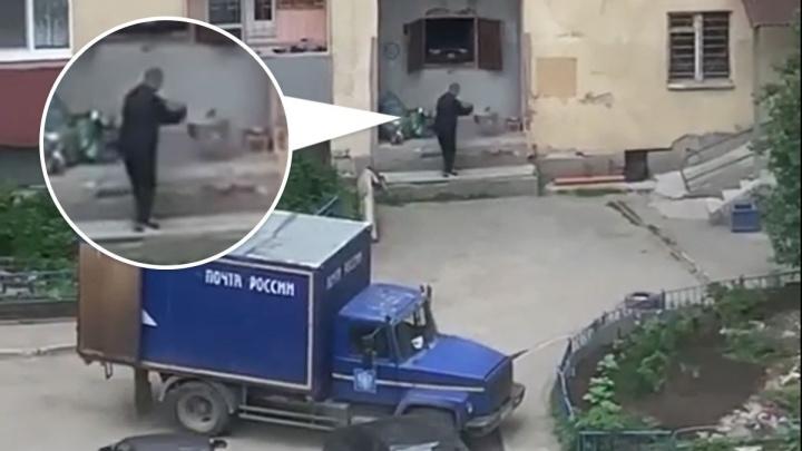 Житель Екатеринбурга заснял на видео, как сотрудник «Почты России» швыряет привезенные им пакеты