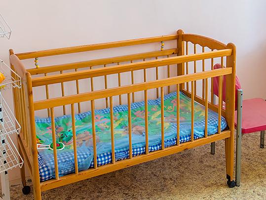 «Застряла голова»: в Челябинской области полугодовалый малыш погиб, выбираясь из детской кроватки