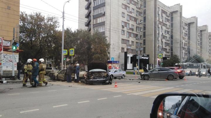 На Малышева — Мамина-Сибиряка столкнулись три машины, одна вылетела на тротуар