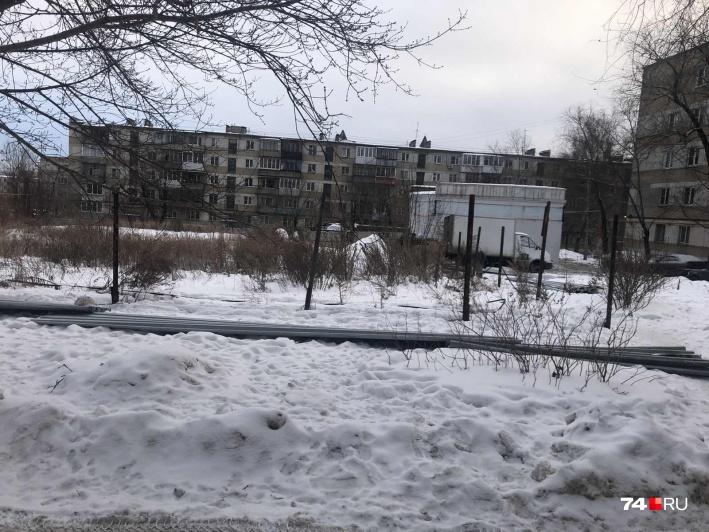 На участке планировали возвести девятиэтажку с двумя подъездами, но жители соседних домов остановили застройку