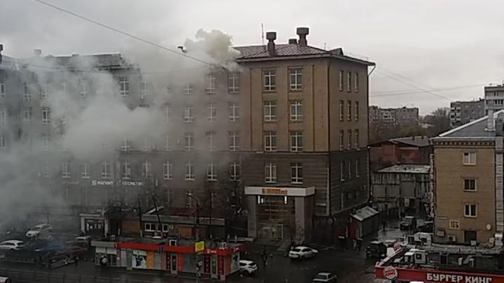 Пожарные расчёты стянули к Теплотеху из-за дыма под кровлей
