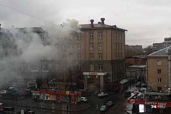 Дым, идущий из-под крыши, переполошил очевидцев