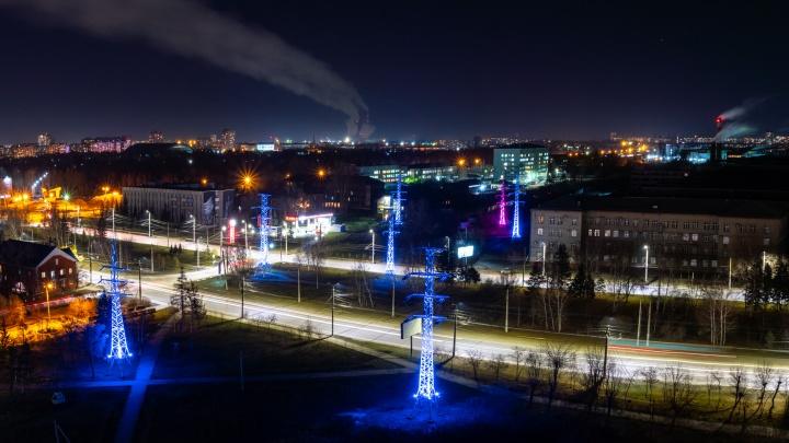 Из некрасивых ЛЭП— в арт-объекты: кто подсветил разноцветными огнями опоры в Омске