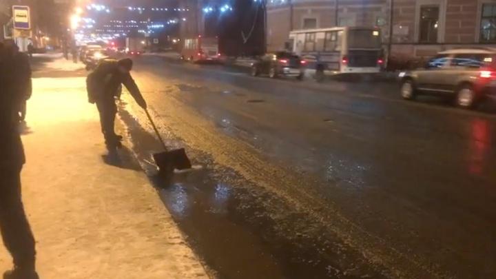 Можно смотреть вечно: в Ярославле коммунальщики вычерпывают лужу лопатой