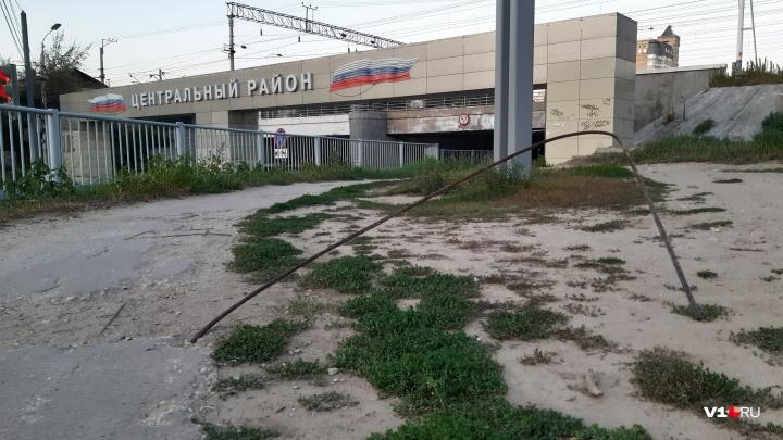 «Вечером можно убиться»: в центре Волгограда у железнодорожного перехода растут штыри арматуры