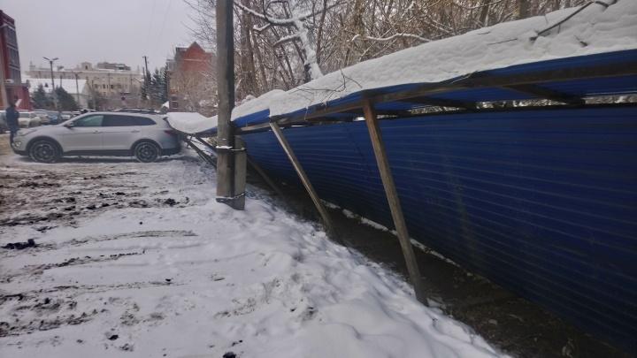 В центре Омска забор рухнул на девять автомобилей