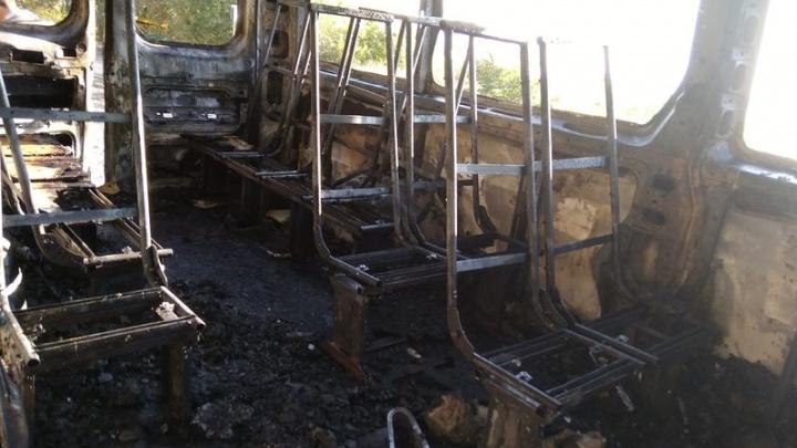 В Сызрани микроавтобус с пассажирами загорелся во время движения