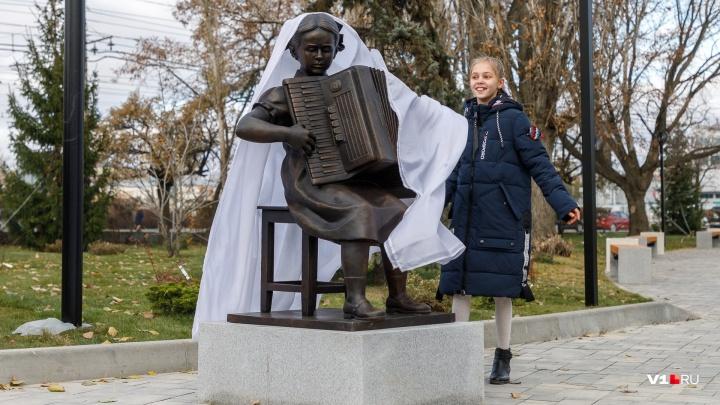 «Сразу чувствуется свой человек»: в новом сквере Волгограда без помпы открыли скульптуру Пахмутовой