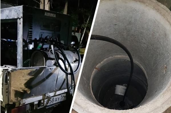 Рабочие спустились в скважину для чистки трубы