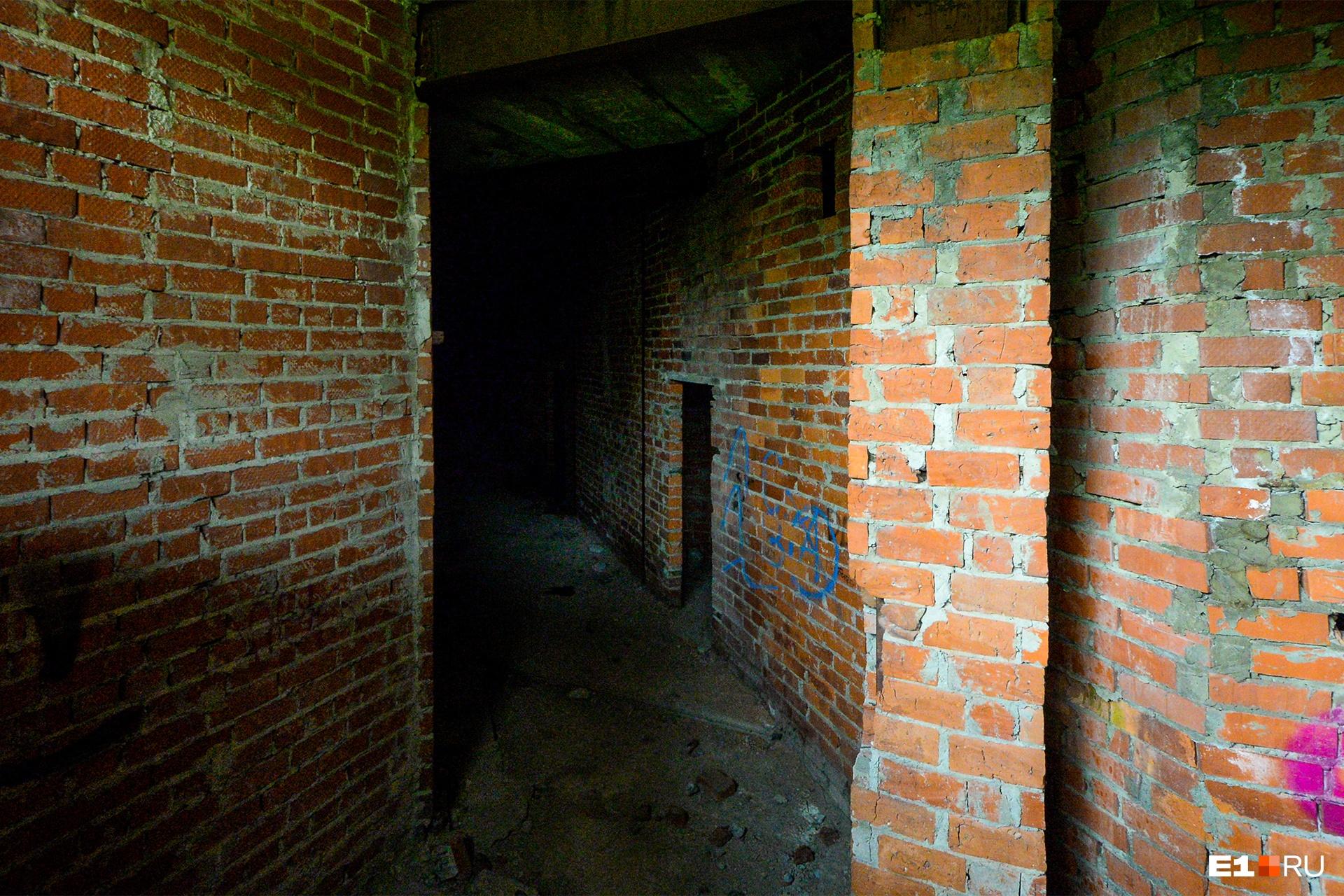 Тоннель, по которому мы не стали идти: торопились осмотреть все этажи, пока нас не застукали